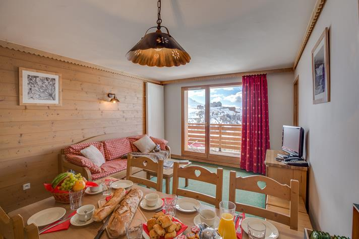 Pièce de vie d'un appartement à la montagne à l'heure du petit déjeuner